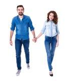 El caminar feliz de los pares aislado en blanco Imágenes de archivo libres de regalías