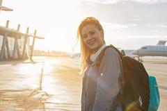 El caminar femenino alegre a los aviones Foto de archivo libre de regalías