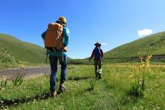 El caminar femenino de dos amigos que hace excursionismo Imágenes de archivo libres de regalías