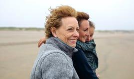 El caminar femenino de tres generaciones en la playa imágenes de archivo libres de regalías