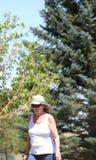 El caminar femenino en parque Fotografía de archivo