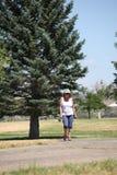 El caminar femenino en parque Foto de archivo libre de regalías