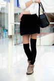 El caminar femenino joven en ropa de moda cerca para arriba en las piernas Fotos de archivo libres de regalías