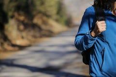 El caminar femenino a través del bosque Imagen de archivo libre de regalías