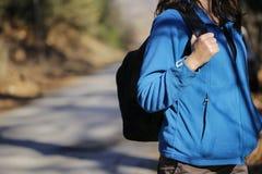 El caminar femenino a través del bosque Foto de archivo