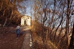 El caminar hacia la iglesia de Santa Augusta Imagen de archivo libre de regalías