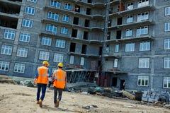 El caminar hacia la nueva construcción de edificios Fotos de archivo
