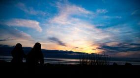 El caminar hacia una puesta del sol hermosa Fotos de archivo libres de regalías