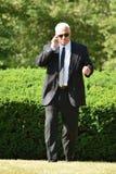 El caminar hermoso de Hearing Wearing Sunglasses del guardia de directivo de seguridad fotos de archivo libres de regalías