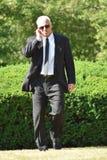 El caminar hermoso de Listening Wearing Sunglasses del guardia de directivo de seguridad fotografía de archivo libre de regalías