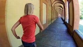 El caminar italiano de la mujer almacen de metraje de vídeo