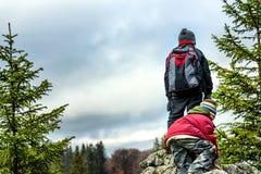 El caminar joven de los muchachos Imagen de archivo