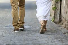 El caminar joven de los pares al aire libre Piernas masculinas y femeninas Imagen de archivo