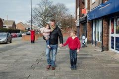 El caminar a la tienda con el papá Fotografía de archivo libre de regalías