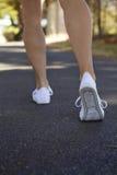 El caminar lejos mujer que ejercita al aire libre Fotos de archivo libres de regalías