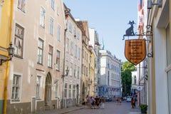El caminar a lo largo de la calle de la ciudad vieja de Tallinn en un día de verano imagen de archivo