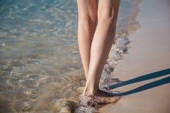 El caminar a lo largo de la costa Fotografía de archivo libre de regalías