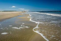 El caminar a lo largo de la costa costa de Schiermonnikoog en una tarde Países Bajos del verano foto de archivo