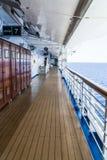 El caminar a lo largo de la cubierta a bordo de la nave foto de archivo libre de regalías