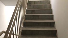 El caminar a lo largo de la escalera almacen de video