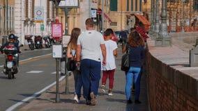 El caminar a lo largo de la orilla del río Arno en Pisa en un día soleado - PISA TOSCANA ITALIA - 13 de septiembre de 2017 almacen de video