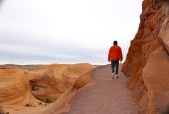 El caminar a lo largo del borde de una roca imágenes de archivo libres de regalías