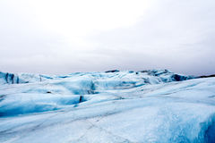 El caminar a lo largo del glaciar en Islandia Imagen de archivo