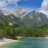 El caminar a lo largo del Lago di Braies/Pragser Wildsee Imagen de archivo libre de regalías