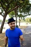 El caminar masculino asiático muscular Foto de archivo libre de regalías
