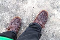 El caminar masculino del desgaste del zapato de Brown Fotos de archivo