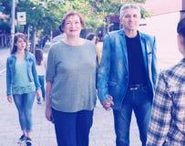 El caminar masculino y femenino maduro el vacaciones imagen de archivo
