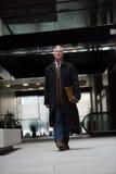 El caminar mayor hermoso del hombre de negocios Fotografía de archivo