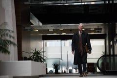 El caminar mayor hermoso del hombre de negocios Fotografía de archivo libre de regalías