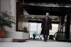El caminar mayor hermoso del hombre de negocios Fotos de archivo