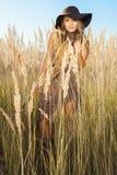 El caminar modelo de la señora hermosa con región salvaje del prado en el mediodía Imágenes de archivo libres de regalías