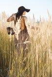 El caminar modelo de la señora hermosa con región salvaje del prado en el mediodía con los zapatos apagado Fotografía de archivo