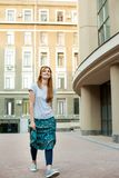 El caminar modelo del inconformista joven del pelirrojo alrededor de ciudad Imágenes de archivo libres de regalías