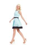 El caminar modelo femenino de la moda de la elegancia Imagen de archivo