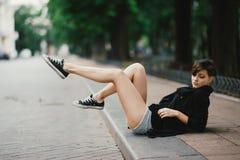El caminar modelo hermoso de la mujer joven y presentación en la calle fotografía de archivo libre de regalías