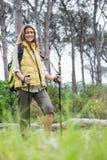El caminar nórdico sonriente de la mujer Fotos de archivo