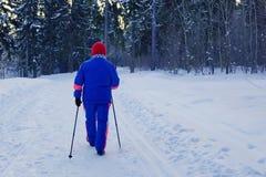 El caminar nórdico una mujer mayor lleva una forma de vida sana Fotografía de archivo libre de regalías