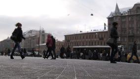 El caminar ocupado de la gente metrajes