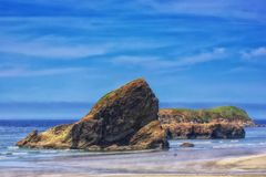 El caminar el perro en un día de la caída en la playa como vapor sube de la arena que se calienta foto de archivo