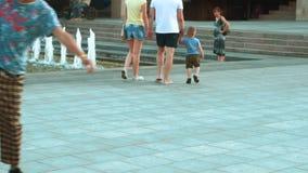 El caminar por la tarde en la ciudad almacen de video