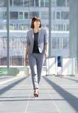 El caminar profesional atractivo de la mujer de negocios Fotos de archivo libres de regalías