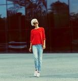El caminar rubio elegante en la calle de la ciudad Fotografía de archivo libre de regalías