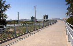El caminar sobre Bob Kerrey Pedestrian Bridge Imágenes de archivo libres de regalías
