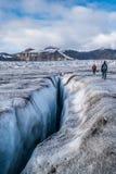 El caminar sobre una grieta del glaciar Imágenes de archivo libres de regalías
