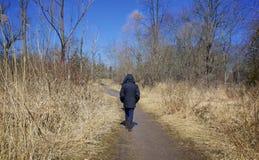 El caminar solamente en una trayectoria abandonada foto de archivo libre de regalías