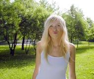 El caminar sonriente en parque verde, concepto de la muchacha rubia linda feliz de la gente de la forma de vida Imágenes de archivo libres de regalías